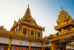 有金子的美丽的寺庙在一个小镇Hha-an 缅甸 缅甸 免版税库存照片