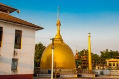 有金子的美丽的寺庙在一个小镇Hha-an 缅甸 缅甸 免版税库存图片