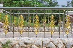 有金子的装饰品的不锈的篱芭 免版税库存照片