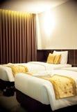有金子褐色黄色颜色的双人床室把枕在 库存照片