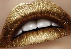 有金子颜色构成的特写镜头女性肥满嘴唇 时尚庆祝构成,闪烁化妆用品 圣诞节样式 免版税库存照片