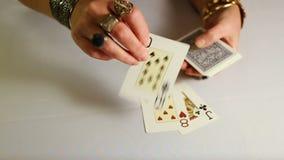 有金子jewelery的女性手计划纸牌 影视素材