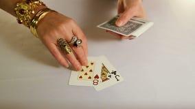 有金子jewelery的女性手计划纸牌 股票视频