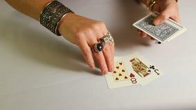 有金子jewelery的女性手计划纸牌 股票录像