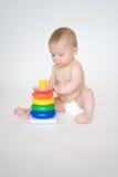 有金字塔玩具的女婴 库存图片