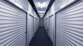 有金属存储单元门的室内走廊在每边 免版税图库摄影