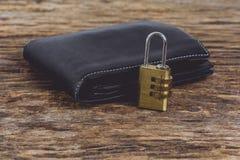 有金属安全锁的钱包有密码或密码的在wo 免版税库存图片