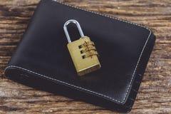 有金属安全锁的钱包有密码或密码的在wo 图库摄影