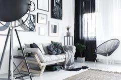 有金属家具的室 免版税库存图片