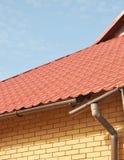 有金属屋顶的残破的雨天沟 冰水坝 在新的打破的雨天沟系统的特写镜头没有屋顶保护 冰柱损伤 库存照片