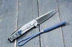 有金属把柄和一条蓝色短绳的刀子 后部 库存图片