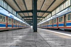 有金属捆和两列色的被停止的火车的, Kadikoy,伊斯坦布尔,土耳其Haydarpasha铁路终端 免版税库存照片