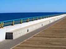 有金属栏杆的美好的海滩海边散步 库存照片