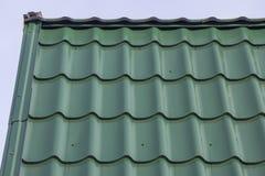 有金属瓦片的屋顶 免版税库存照片