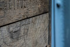 有金属的土气木板箱 免版税库存照片