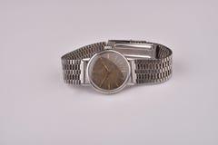 有金属皮带的老经典手表 免版税库存照片