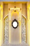 有金属经典框架的葡萄酒镜子在墙壁上 免版税库存照片