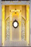 有金属经典框架的葡萄酒镜子在墙壁上 库存图片