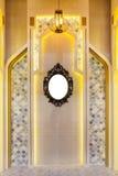 有金属经典框架的葡萄酒镜子在墙壁上 免版税库存图片