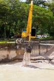 有金属轨道的挖掘机在建造场所 图库摄影