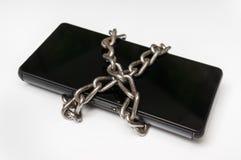 有金属链子的手机在白色锁了 免版税库存照片