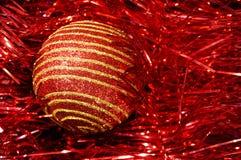 有金条纹的红色圣诞节玩具在一个红色背景特写镜头 背景圣诞节新年度 免版税库存照片