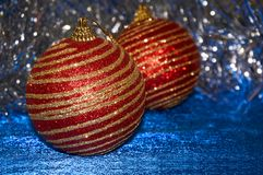 有金条纹的红色圣诞节玩具在一个蓝色背景特写镜头 背景圣诞节新年度 库存图片