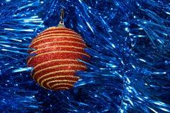 有金条纹的红色圣诞节玩具在一个蓝色背景特写镜头 背景圣诞节新年度 免版税图库摄影