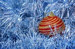 有金条纹的红色圣诞节玩具在一个蓝色背景特写镜头 背景圣诞节新年度 免版税库存照片