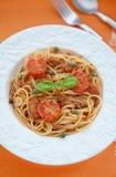 有金枪鱼和蕃茄sauсe的意粉 库存图片