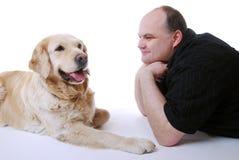 有金毛猎犬的微笑的人 免版税库存图片