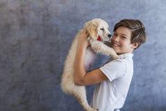 有金毛猎犬的青少年的男孩 免版税库存图片