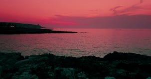 有金沙子的热带加勒比海滩在日落的海和岩石,五颜六色与缓慢的海运动,假日的天空,放松和 股票视频