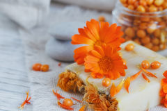 有金盏草和海鼠李的自然手工制造肥皂 免版税库存图片