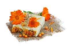 有金盏草和海鼠李的自然手工制造肥皂 图库摄影