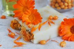 有金盏草和海鼠李的自然手工制造肥皂 库存图片
