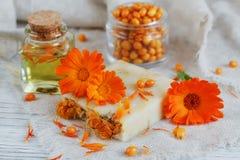 有金盏草和海鼠李的自然手工制造肥皂 库存照片