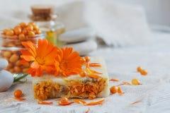 有金盏草和海鼠李的自然手工制造肥皂 免版税库存照片