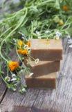 有金盏草的自然手工制造肥皂在轻的背景 图库摄影