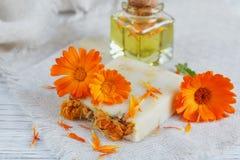 有金盏草的自然手工制造肥皂 库存照片