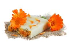 有金盏草的自然手工制造肥皂 免版税库存照片