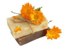 有金盏草& x28的自然手工制造肥皂; 罐marigold& x29; 免版税库存图片