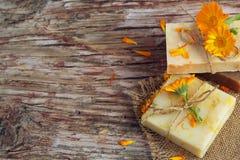 有金盏草& x28的自然手工制造肥皂; 罐marigold& x29; 库存图片
