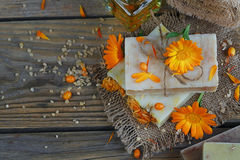 有金盏草& x28的自然手工制造肥皂; 罐marigold& x29;并且海大型装配架 库存图片