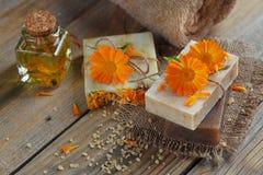 有金盏草& x28的自然手工制造肥皂; 罐marigold& x29; 免版税库存照片