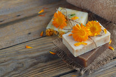 有金盏草& x28的自然手工制造肥皂; 罐marigold& x29; 图库摄影