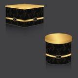 有金盒盖和葡萄酒背景的,大两个箱子VIP箱子方形和圆 在一个灰色背景 库存图片