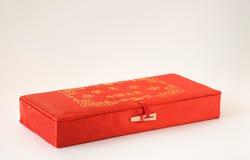 有金装饰的红色中国织品箱子 库存图片