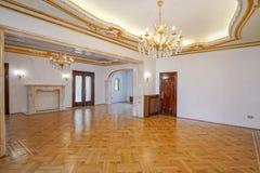 有金装饰的经典室 免版税库存图片