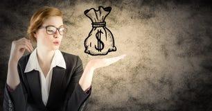 有金钱乱画的女商人在手中反对棕色难看的东西背景 免版税库存照片
